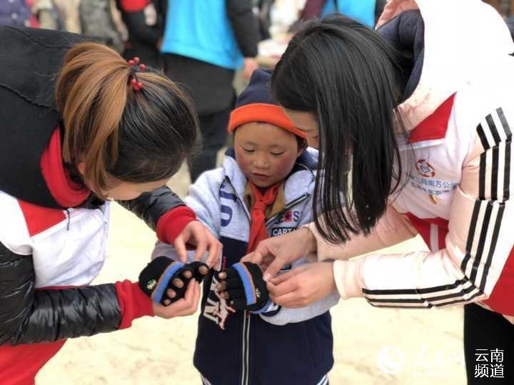 Nesta imagem pode ver-se Wang a receber alguma roupa que lhe foi doada