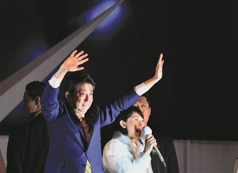 Japão. Abe triunfa e vê-se mais perto de mudar a Constituição