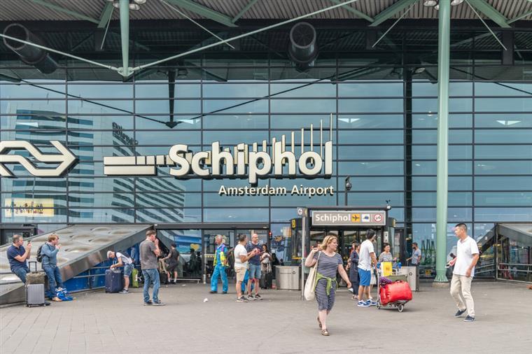 Homem armado com faca baleado pela polícia no aeroporto de Amesterdão