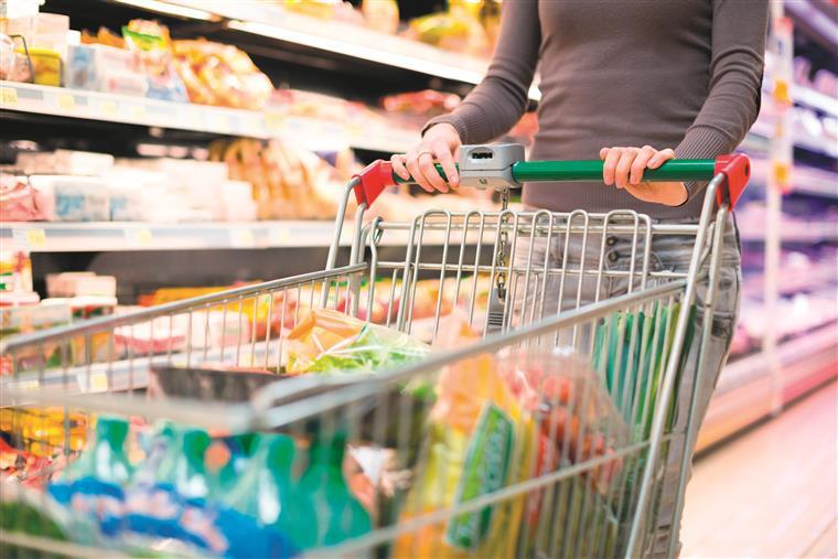 Trabalhadores dos supermercados anunciam greve para véspera de Natal