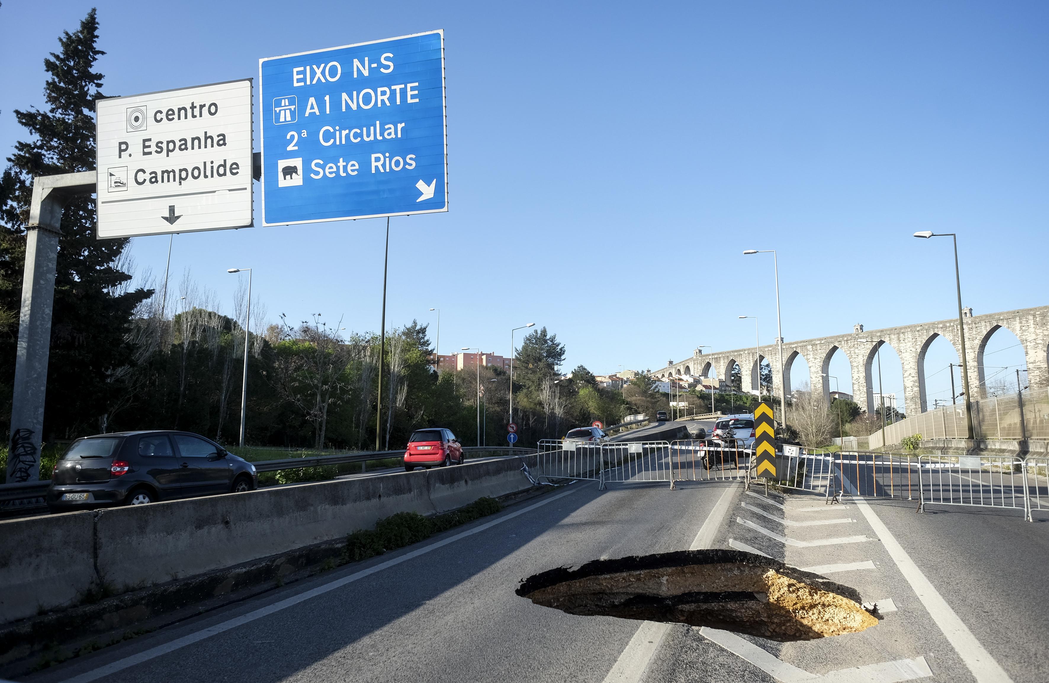 Buraco com 15 metros de profundidade em acesso ao Eixo Norte/Sul — Lisboa