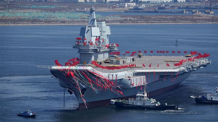 Chineses exibem Shandong, o seu segundo porta-aviões