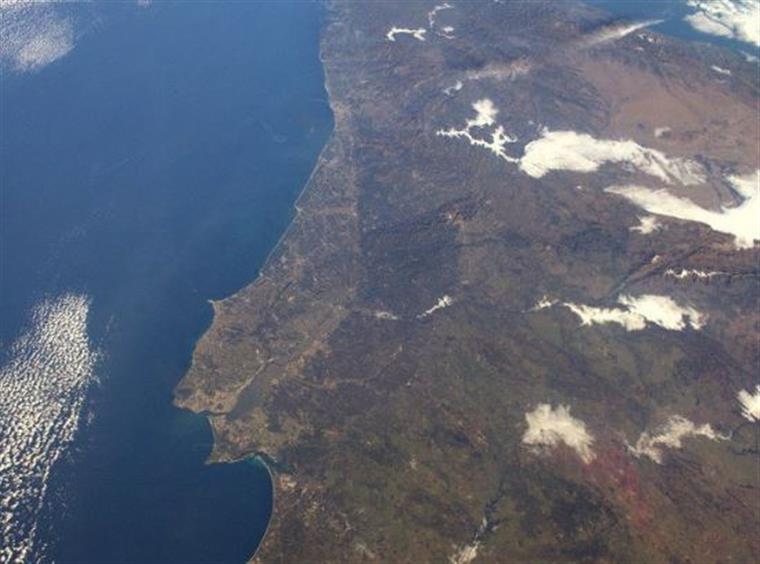 Astronauta fotografa Portugal do espaço para celebrar o 25 de abril