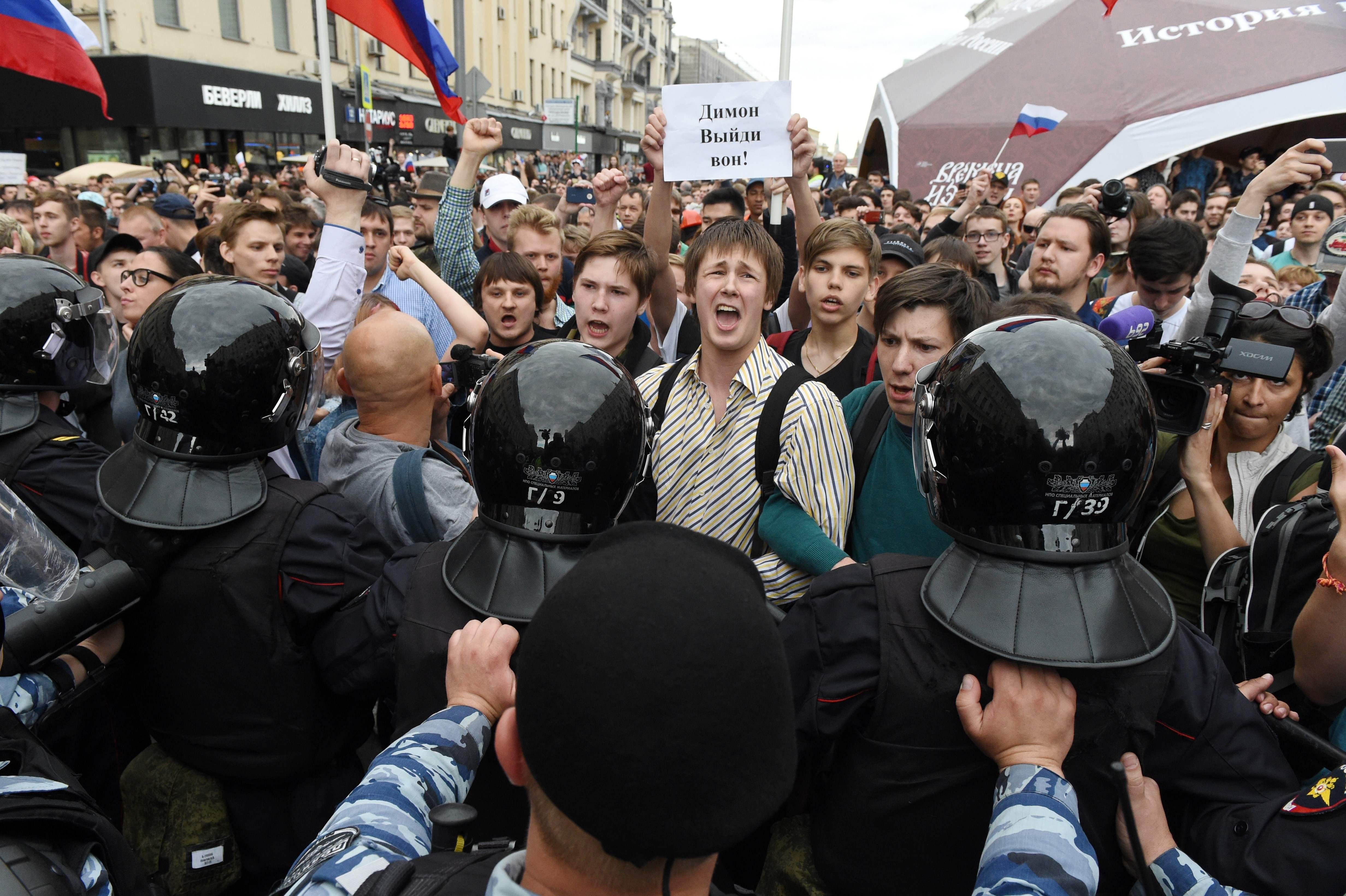 Russos protestam contra corrupção em 180 cidades; centenas são detidos