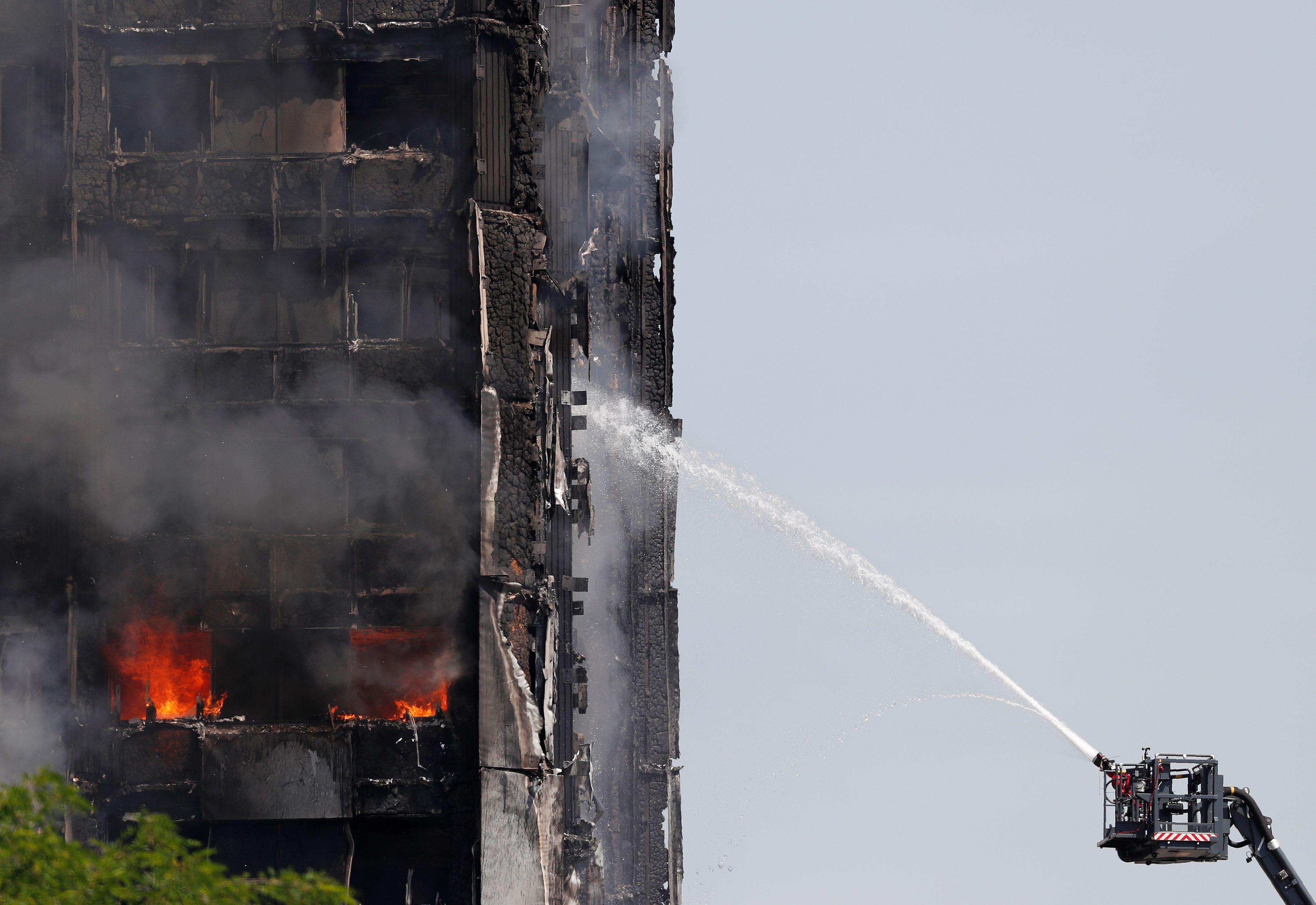 Adele visita Grenfell Tower e oferece ajuda às vítimas do incêndio