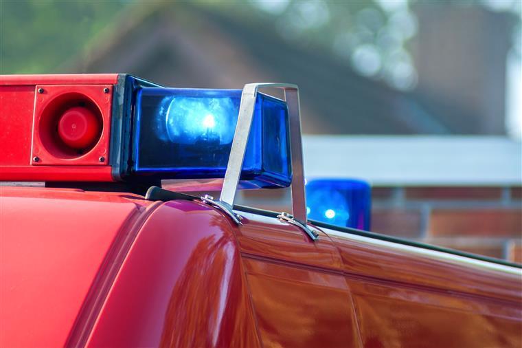 Incêndio destrói 35 veículos num parque de estacionamento em Faro