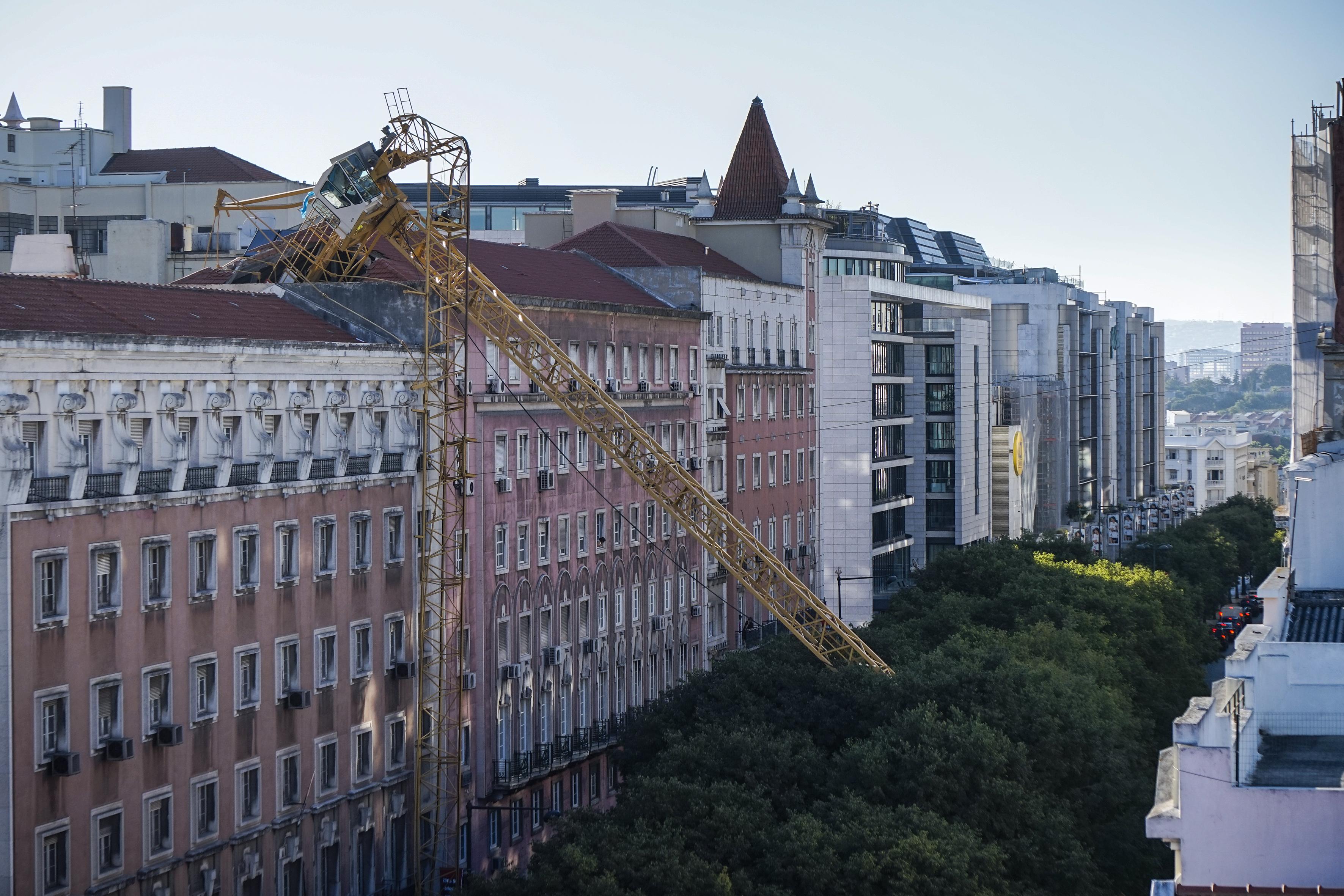 Grua cai no centro de Lisboa