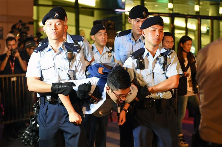 Hong-Kong. Protestos e detenções na véspera da visita de Xi Jinping