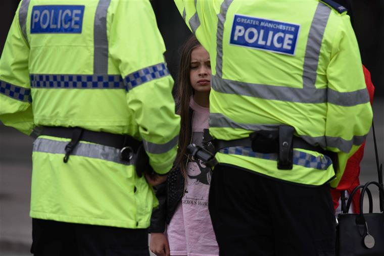 Homem armado faz reféns na Inglaterra