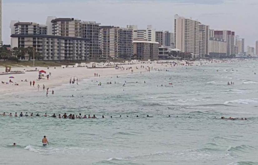 Corrente humana com 80 pessoas salva família em praia na Flórida
