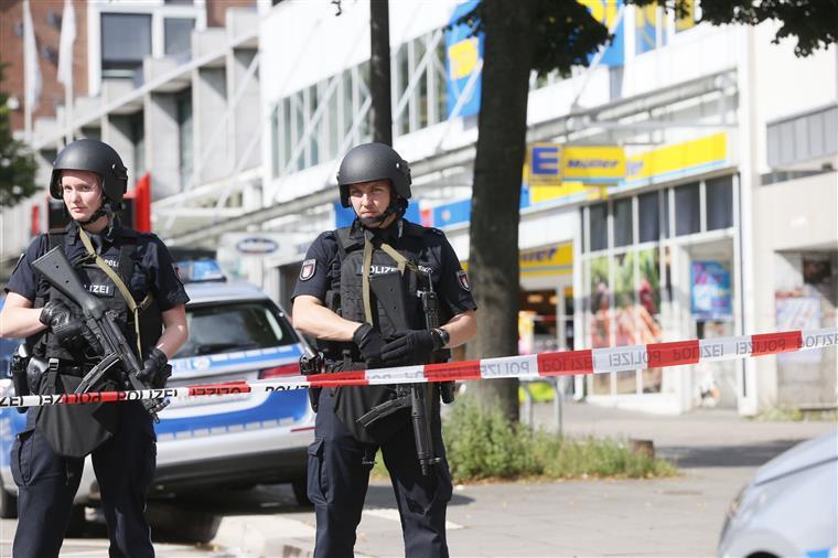 Resultado de imagem para Um morto e vários feridos em ataque com faca em Hamburgo