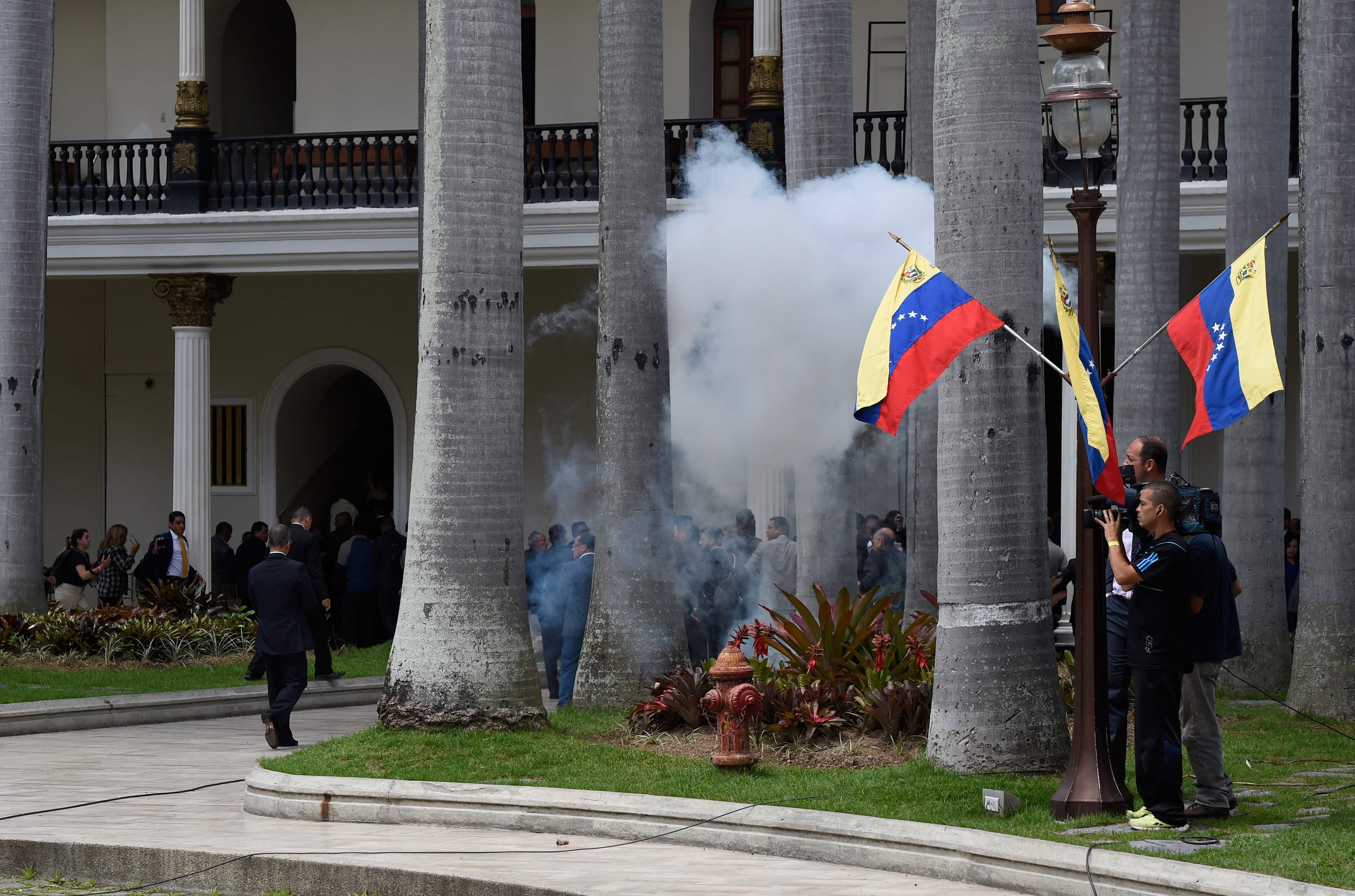 Apoiantes de Maduro invadem Parlamento venezuelano