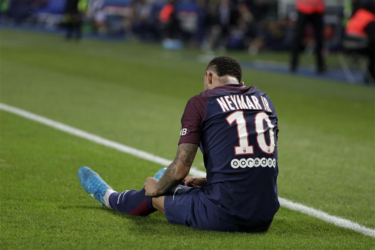 A emoção de Neymar na homenagem às vítimas de Barcelona   Vídeo