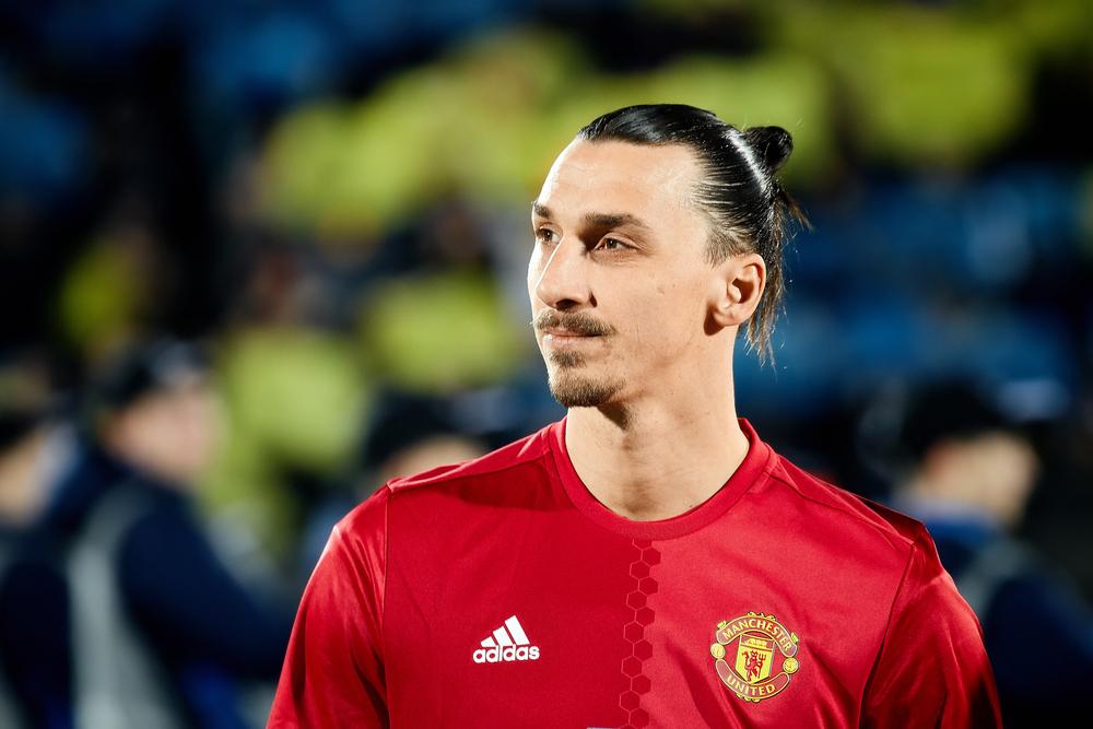 Ibrahimovic volta ao Manchester United e assina contrato de 1 ano
