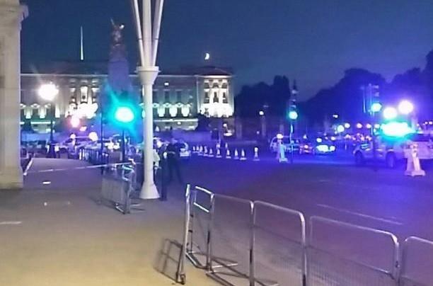 Homem ataca polícias junto à casa da Rainha de Inglaterra