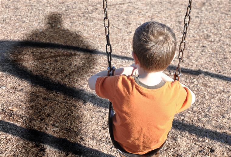 Menino de 9 anos autista tem madeira pregada à cabeça durante agressão