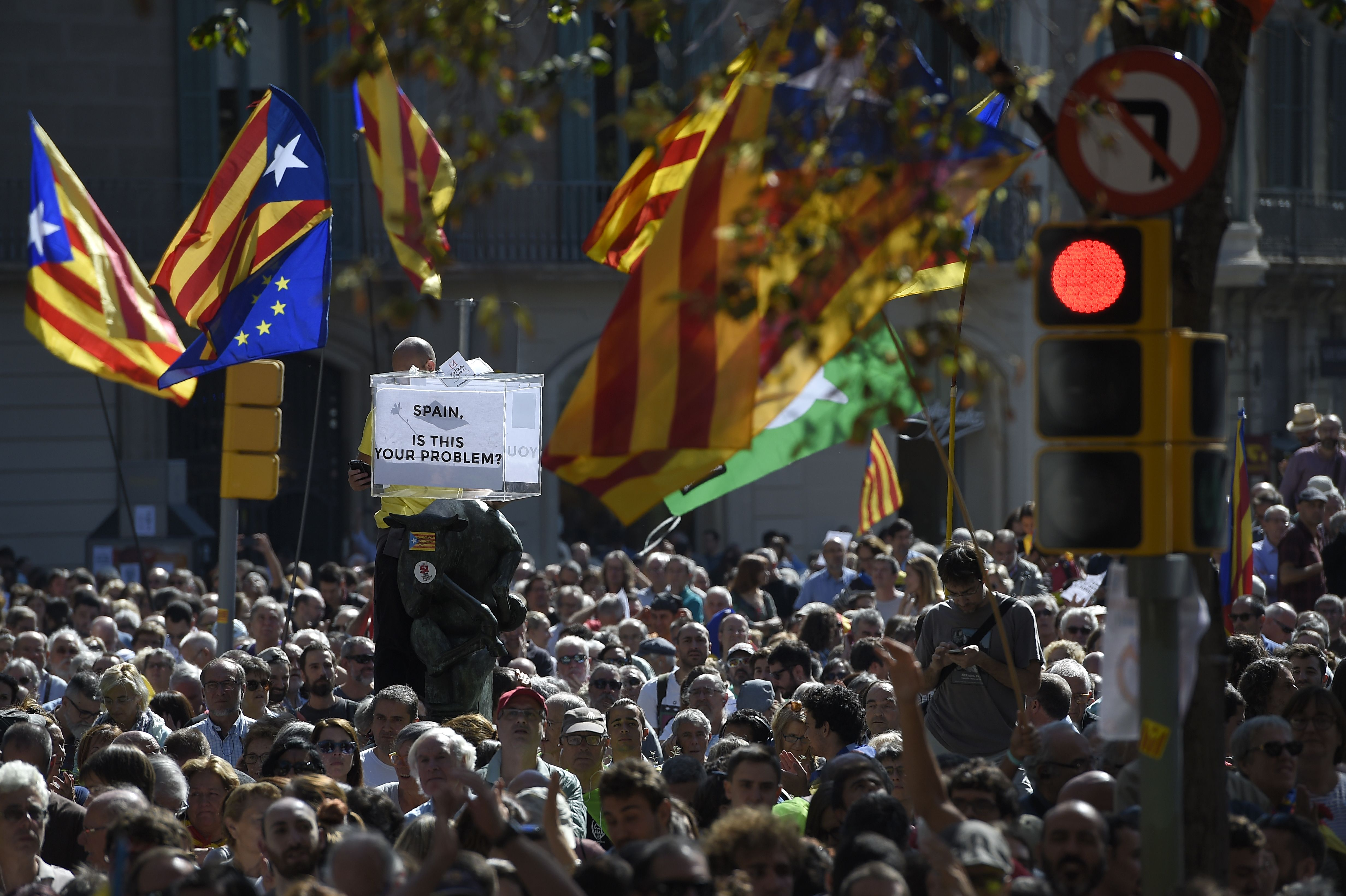 Polícia espanhola revista edifícios de Governo catalão