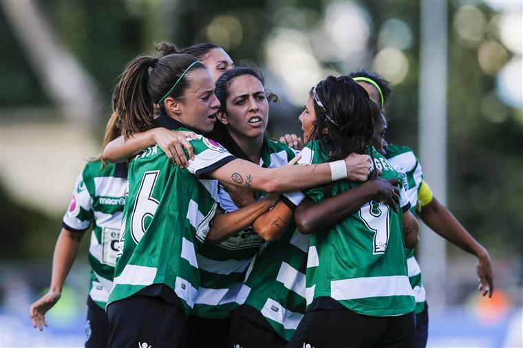 Super Ana Capeta oferece a taça ao Sporting