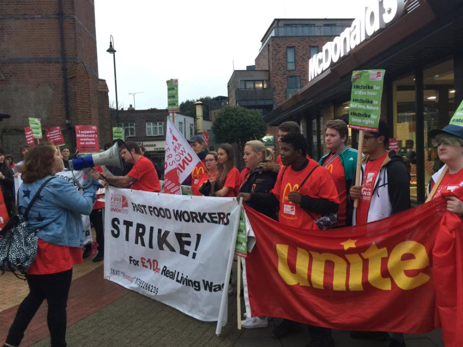 Funcionários do McDonald's fazem greve no Reino Unido