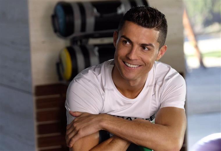 Cristiano Ronaldo cumpre sonho de uma criança especial — Vídeo