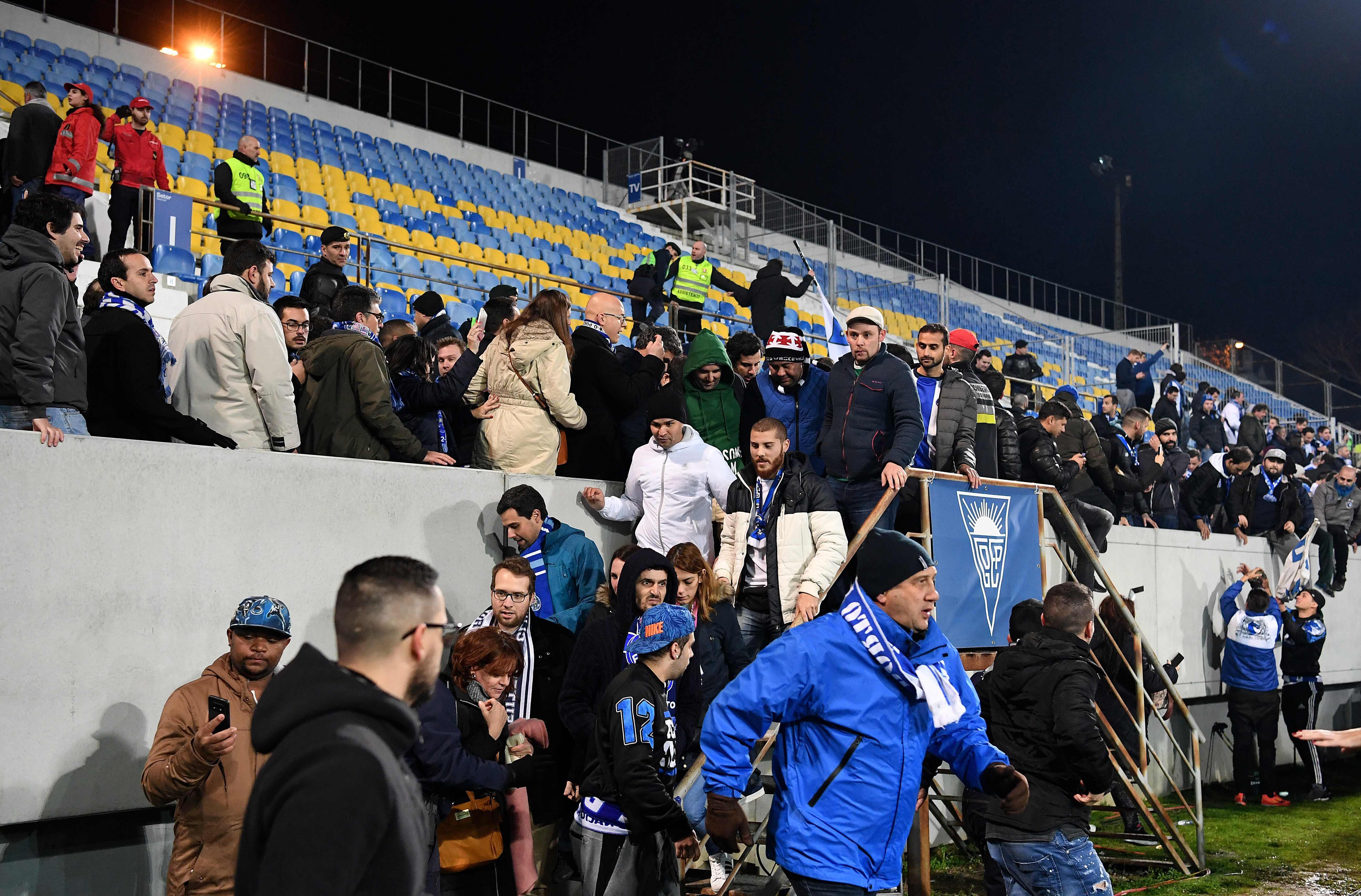 Estoril: adeptos do FC Porto evacuados e jogo em risco (VÍDEO)