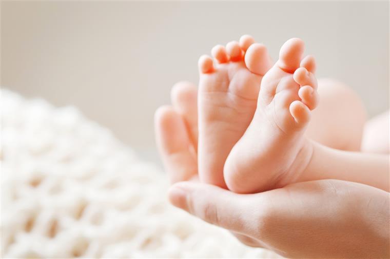 Bebés foram trocados na maternidade mas pais não os querem entregar