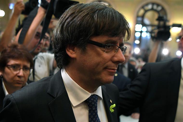 Independentistas em frente ao Parlamento exigem investidura de Puigdemont