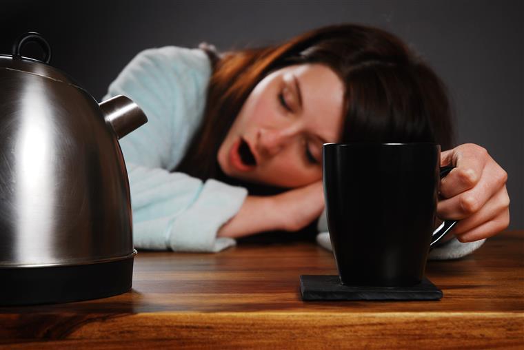 Seis alimentos que interferem com o sono