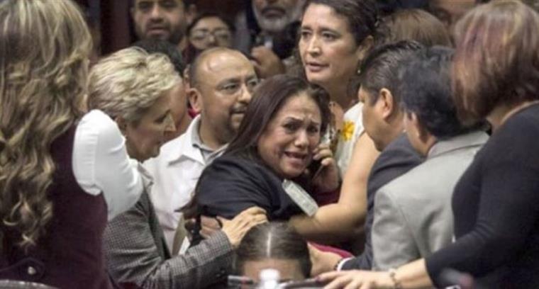 Resultado de imagem para Deputada descobre em plenário que a filha foi assassinada e sessão é suspensa
