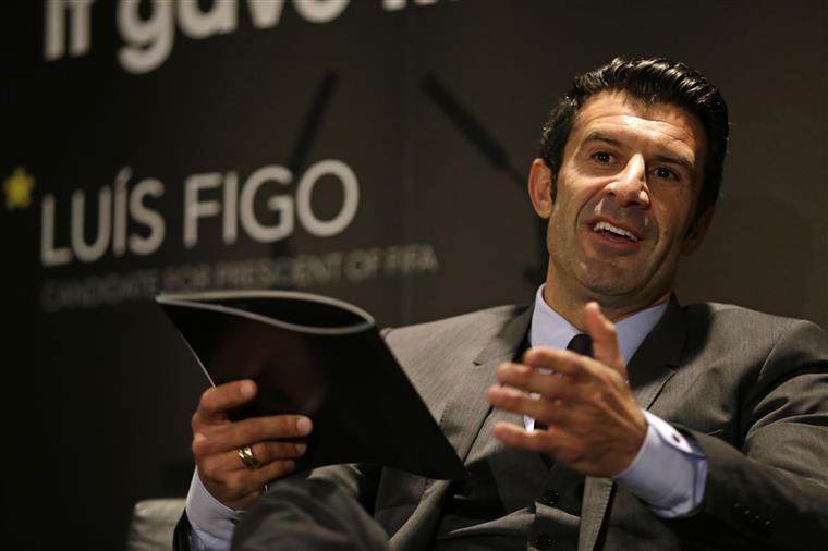 Espanha. Adeptos do Barcelona exigem que Figo seja apagado do Camp Nou