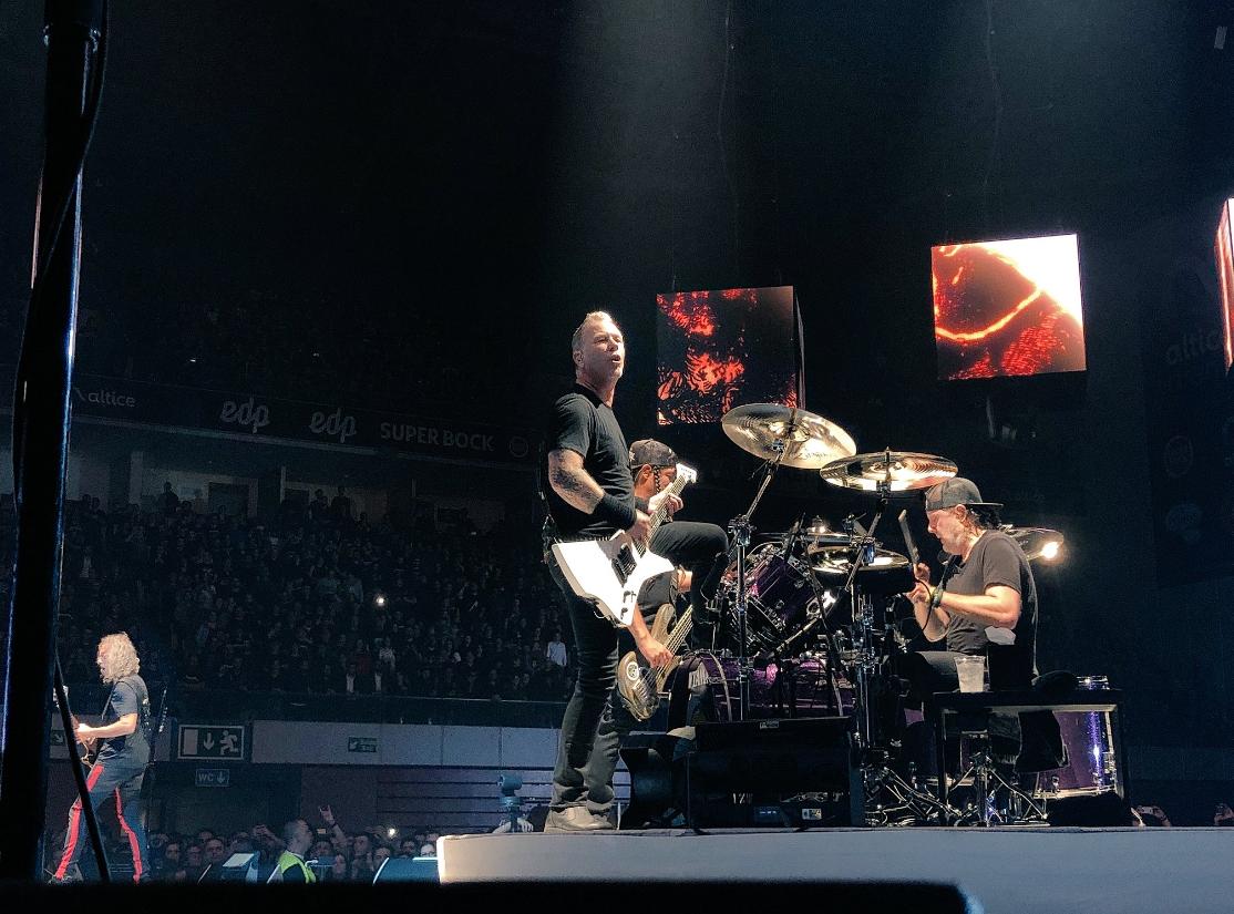 Metallica homenageiam Zé Pedro e tocam