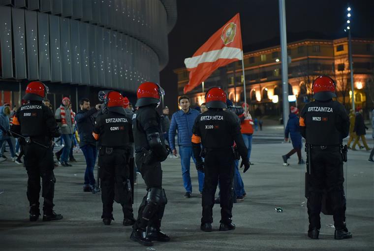 Polícia morre em confrontos entre adeptos do Athletic Bilbau e Spartak