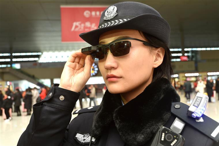 66fabed026d27 China. Polícias usam óculos de reconhecimento facial para identificar  cidadãos
