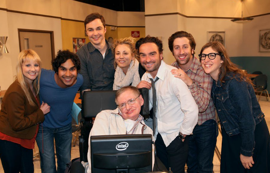 Elenco de 'The Big Bang Theory' presta última homenagem a Stephen Hawking