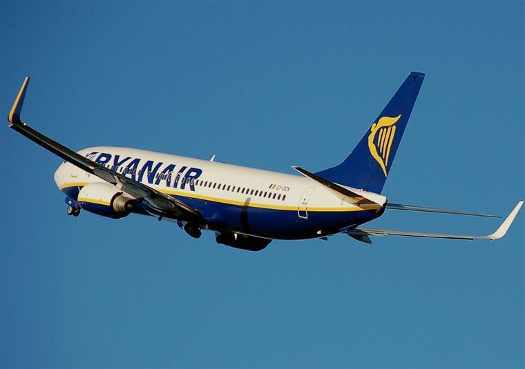 Greve de comissários afeta operações da Ryanair para Portugal na Páscoa