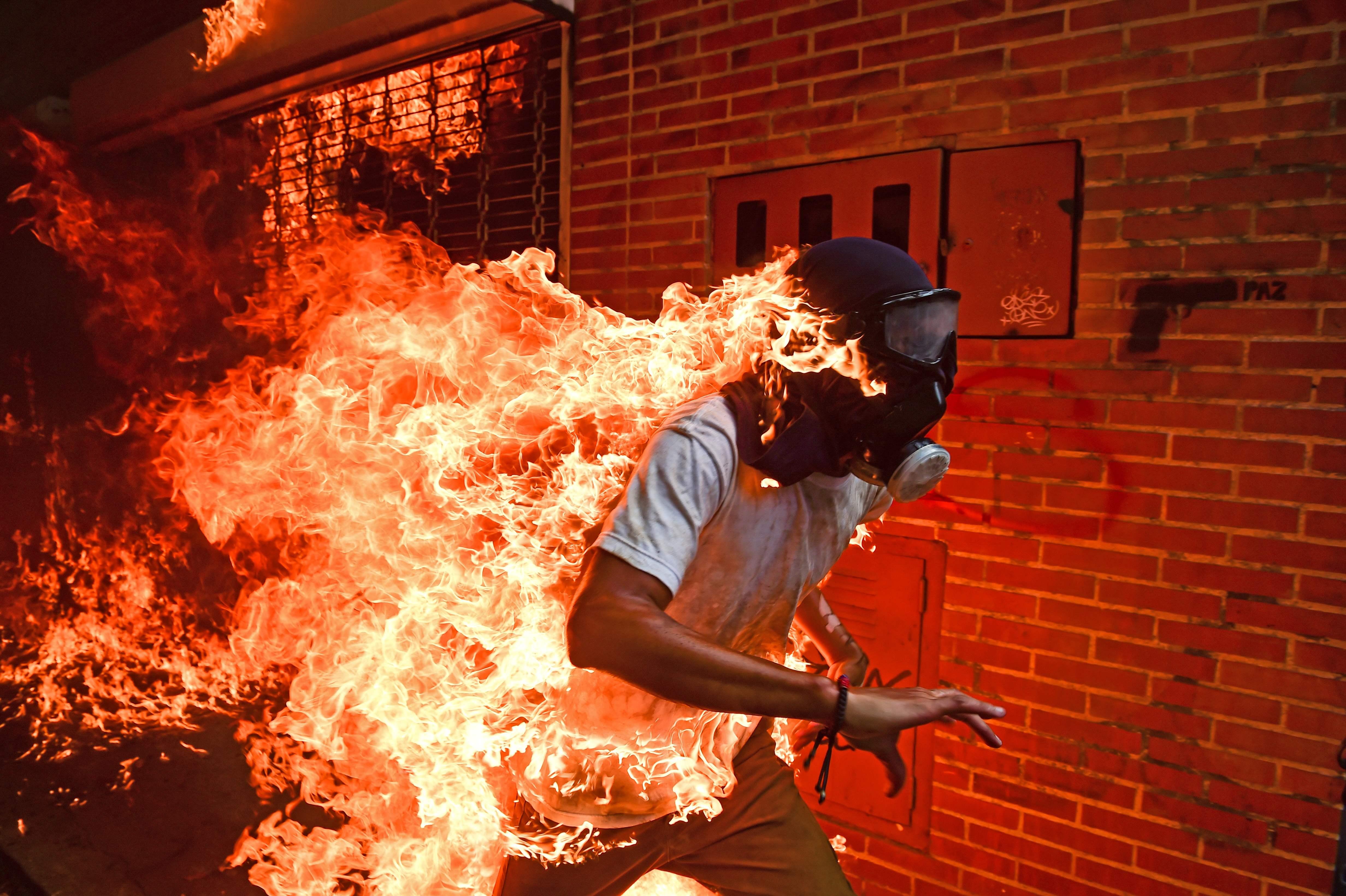 Imagem de manifestante em chamas na Venezuela vence World Press Photo