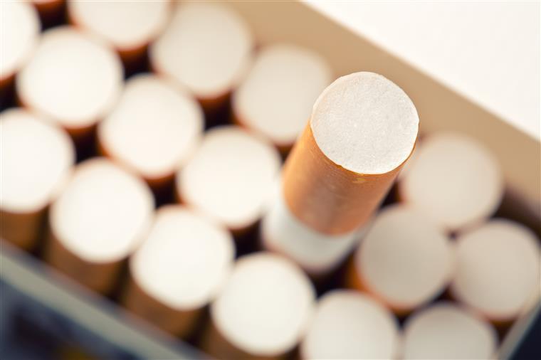 Três pessoas detidas por roubo de máquinas de tabaco