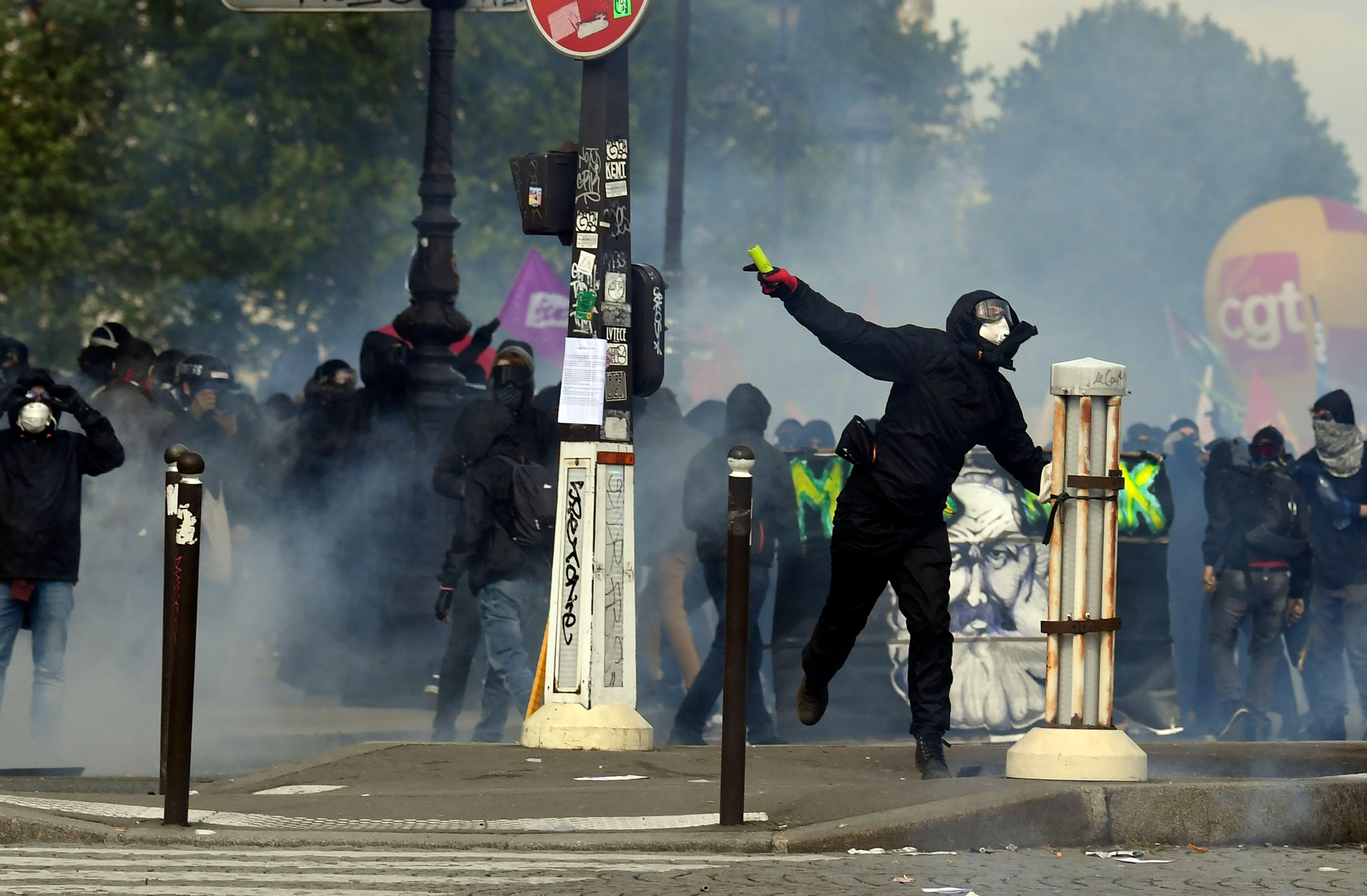 Protestos de 1º de Maio têm intensos confrontos em Paris