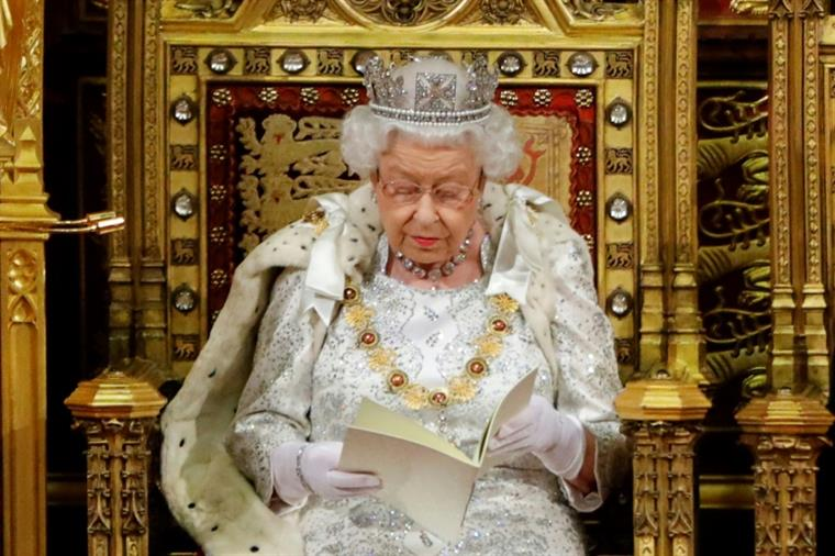Brexit. Rainha vinca prioridade do Governo em sair da da UE a 31 de outubro