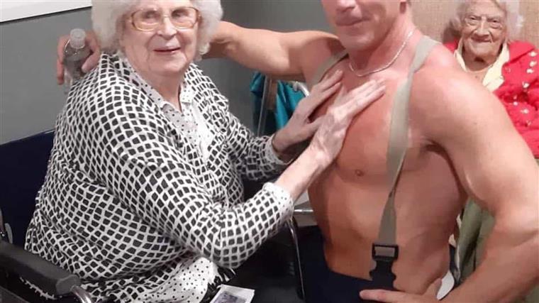 Mulher de 89 anos queria ver striptease antes de morrer e lar decidiu realizar o seu sonho