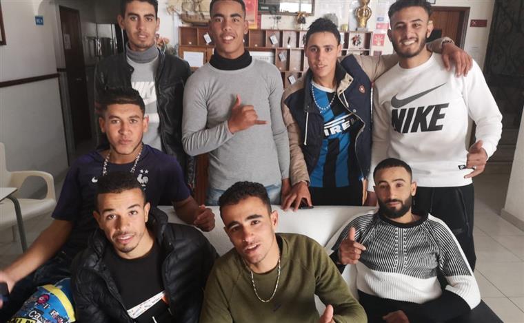 Jovens migrantes que desembarcaram no Algarve alimentaram-se com amêijoas cruas e fruta