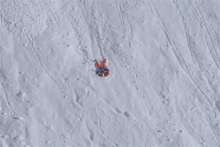 Imagens arrepiantes mostram esquiadora em queda de mais de 300 metros   Vídeo