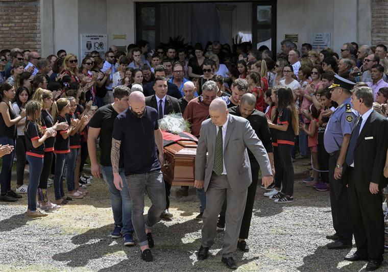 Cadela de Emiliano Sala recusou-se a sair da entrada da capela durante cerimónia fúnebre do jogador
