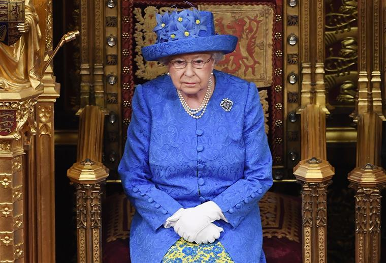 Isabel II vai faltar ao batizado de Archie