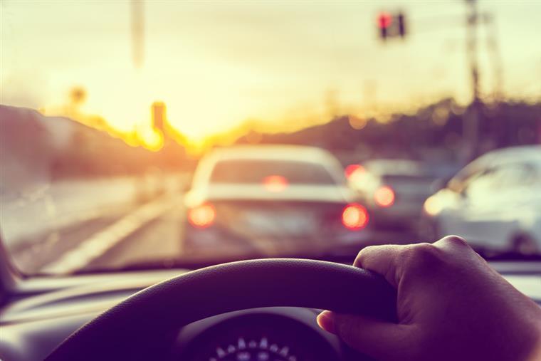 Menino de oito anos rouba carro aos pais e conduz a 140km/h na autoestrada