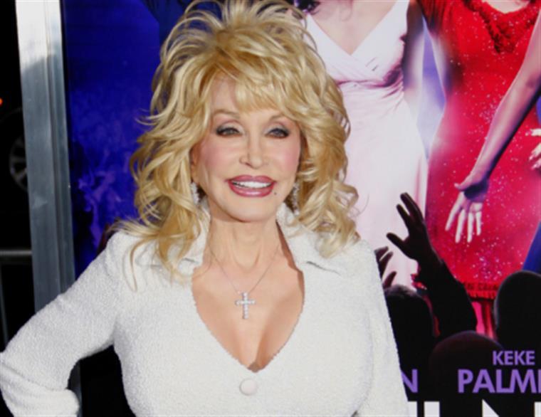 Dolly Parton confessa que cão a impediu de acabar com a sua vida