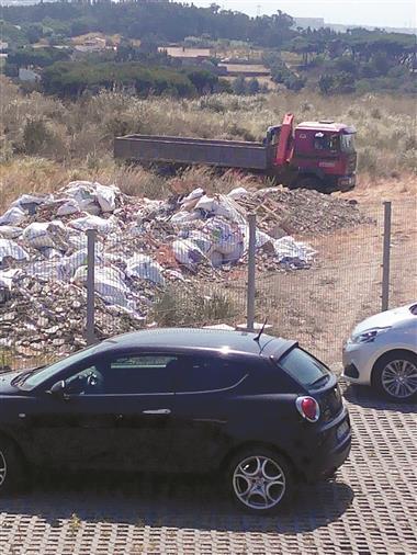667511 Lixo. Câmara de Sintra apreende carro que estava a depositar resíduos ilegais