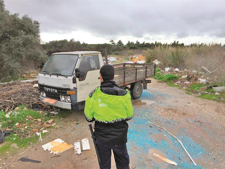 667512 Lixo. Câmara de Sintra apreende carro que estava a depositar resíduos ilegais