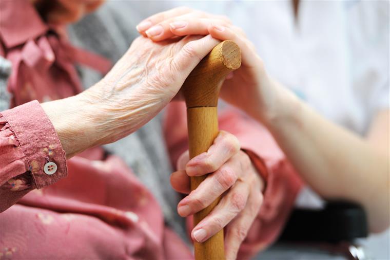Foi a proporção de idosos em privação material a que mais aumentou entre 2013 e 2014