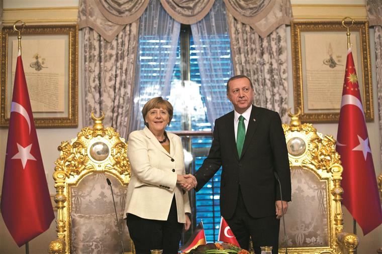 Presidente turco Recep Erdogan com a chanceler alemã Angela Merkel na Turquia